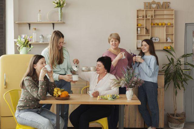 กลุ่มผู้หญิง 5 คนกำลังตั้งวงดื่มกาแฟ แต่ละคนมีอายุแตกต่างกัน ตั้งแต่เด็ก สาว วัยกลางคน จนถึงวัยคุณป้า ในมุมกาแฟของบ้านแห่งหนึ่ง