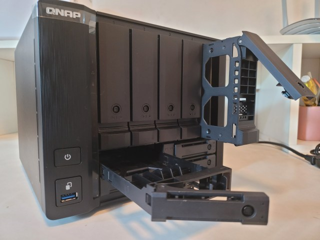 QNAP TS-932PX-4G เมื่อถอดถาดใส่ฮาร์ดดิสก์ขนาด 3.5 นิ้ว และ 2.5 นิ้ว ออกมาดูอย่างละถาด
