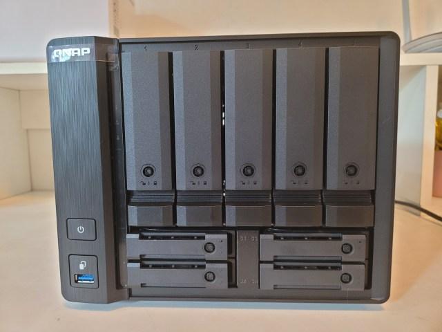 QNAP NAS รุ่น TS-932PX-4G ด้านหน้า เป็น NAS ขนาด 9-bay สีดำ