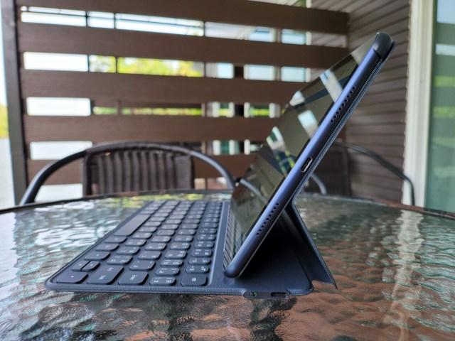 """ภาพด้านข้างของ Huawei MatePad 10.4"""" ที่ใช้งานร่วมกับ Smart Keyboard"""