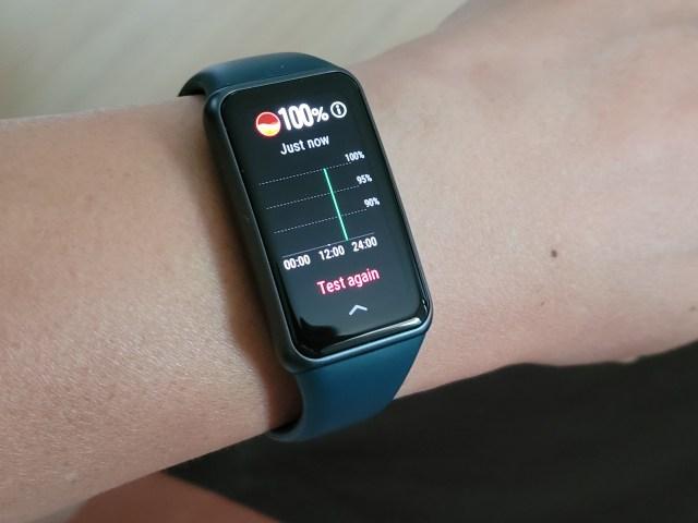 สมาร์ทแบนด์ Huawei Band 6 หน้าจอกำลังแสดงข้อมูลการวัดค่าความอิ่มตัวของออกซิเจนในเลือด หรือ SpO2