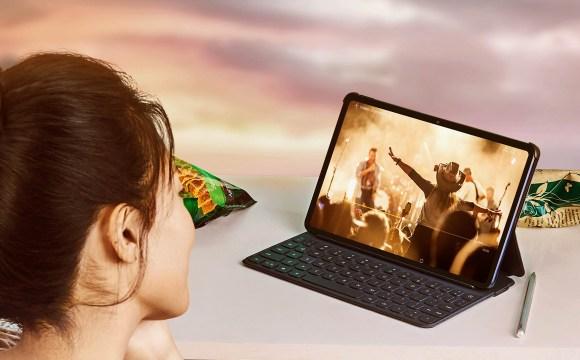 """หญิงสาวกำลังดูวิดีโอคอนเสิร์ตด้วย Huawei MatePad 10.4"""" (2021) อยู่"""