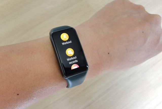 สมาร์ทแบนด์ Huawei Band 6 หน้าจอกำลังแสดงตัวเลือกเมนูสำหรับออกกำลังกาย