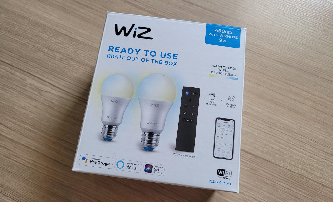 กล่องของชุดหลอดไฟอัจฉริยะ WiZ มีข้อความเขียนว่า WiZ read to use right out of the box
