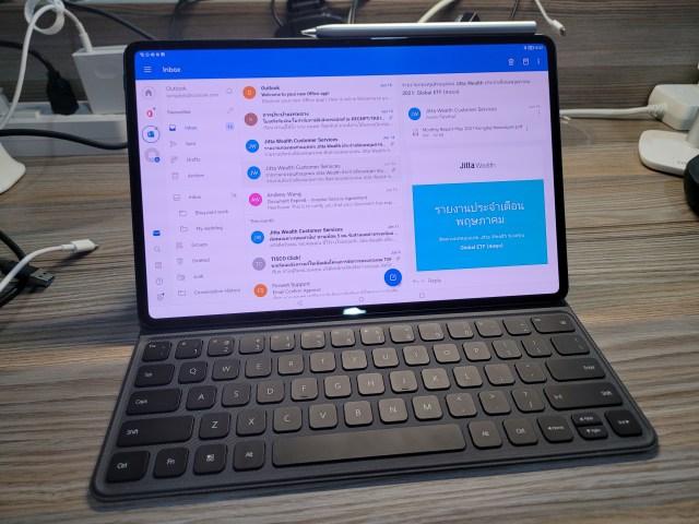 "Huawei MatePad Pro 12.6"" กำลังเช็กอีเมลผ่านแอป Microsoft Outlook"