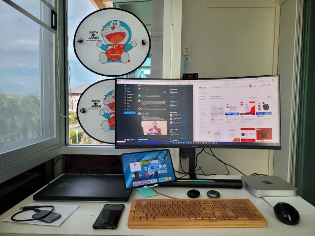 โต๊ะทำงาน ตอนจัดห้องเสร็จใหม่ๆ มีจอคอมพิวเตอร์ 34 นิ้ว แบบ Ultrawide, โน้ตบุ๊ก, Mac mini คีย์บอร์ด เมาส์ แท็บเล็ต วางอยู่บนโต๊ะ