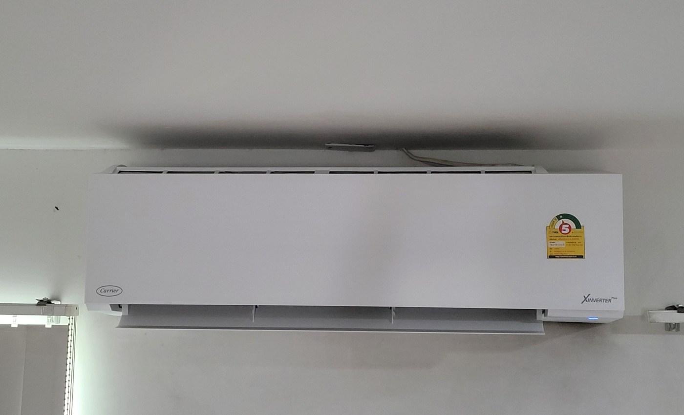แอร์ Carrier X-Inverter สีขาว ติดอยู่บนกำแพง