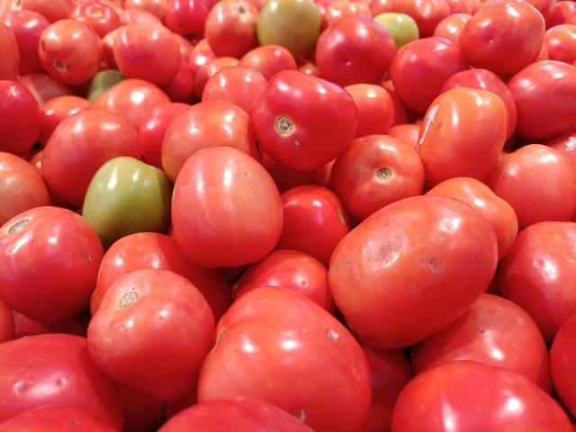 ภาพระยะใกล้ของจุดที่ขายพริกหวาน ในภาพเป็นพริกหวานสีแดงจำนวนมาก มีพริกหวานสีเขียวปนมาเล็กน้อย