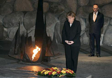 Merkel and Olmert in the 'Hall ofRemembrance'