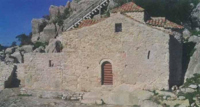 Εντοπισμός τρίτου κιονοκράνου ίδιου με της Παναγίας του Κολοκοτρώνη στο κάστρο Καρύταινας (photo)