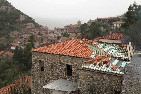 Oλοκληρώνεται η αποκατάσταση της στέγης στο αρχοντικό Δημητρακόπουλου στην Καρύταινα
