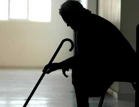 Ηλικιωμένη γυναίκα ζητεί βοήθεια