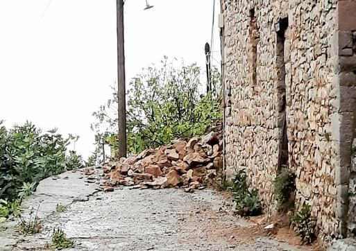 Κατάρρευση παλιού τοίχου στο Ίσαρη μέσα σε δρόμο