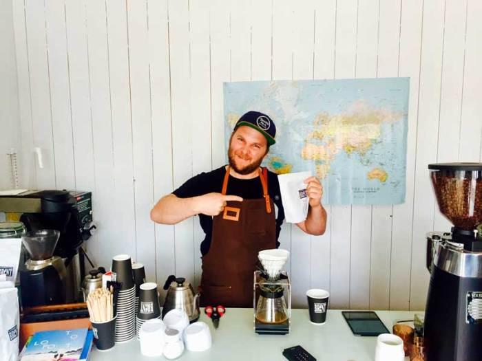 Bilde av mann i kaffebar i Henningsvær