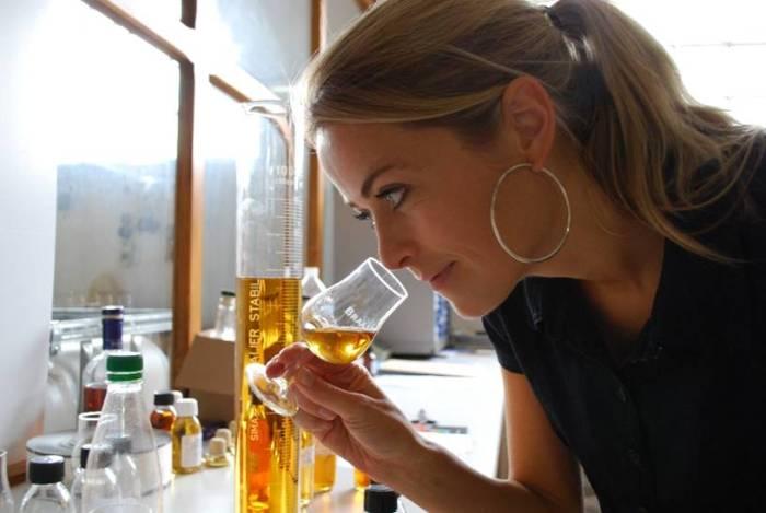 Bilde av kvinne som lukter på cognac