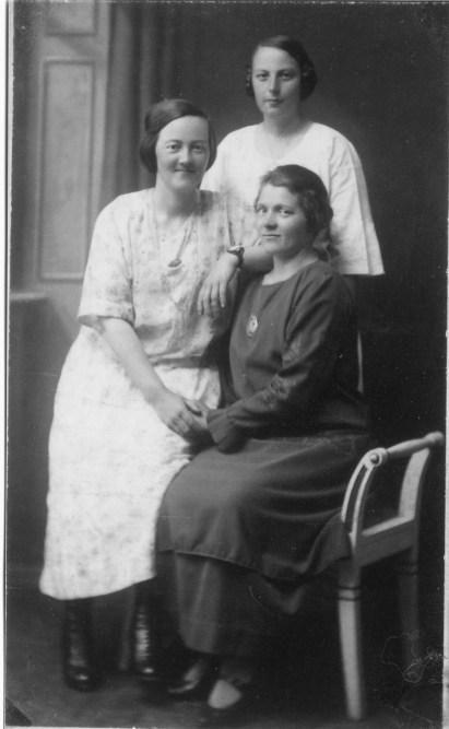Historisk bilde av tre kvinner