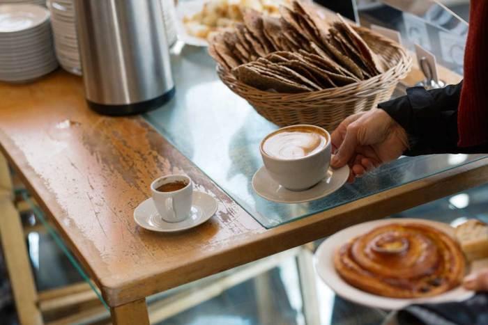 Bilde av kaffe og kake på bakeriutsalg