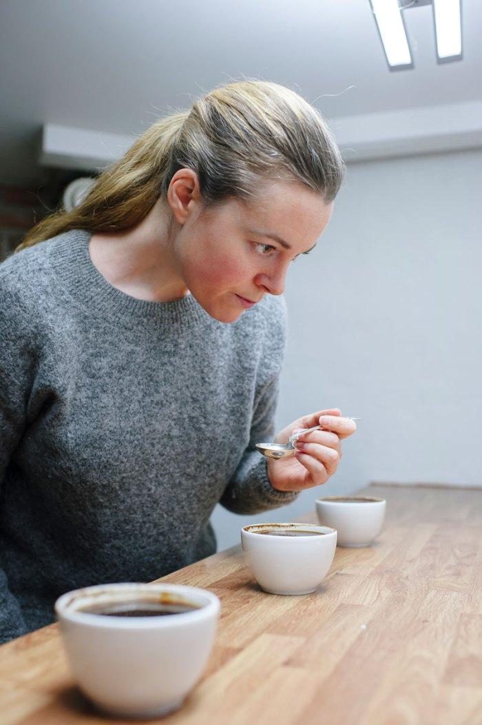 Bilde av Silje Arnevik som cupper kaffe