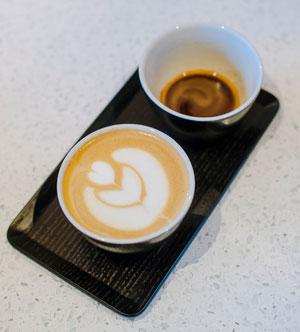 Bilde av to kopper kaffe på et brett