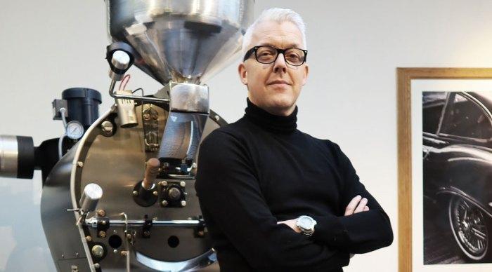 Bilde av mann foran en kaffebrenner