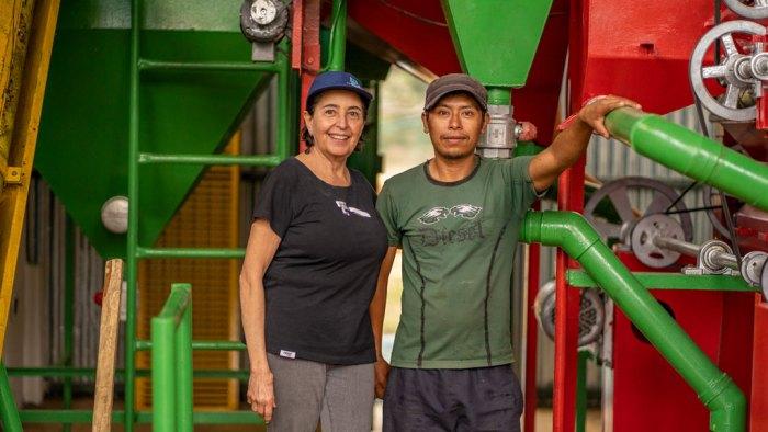 Bilde av mann og dame ved en våtmølle i Guatemala