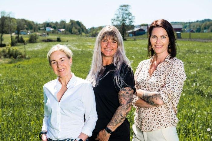Bilde av tre kvinner utenfor Crema kaffebrenneri