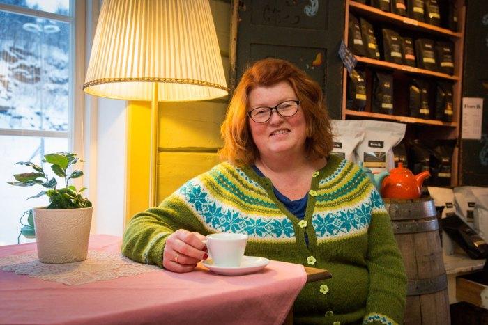 Bilde av Hanne Birgitte Arntzen som drikker kaffe