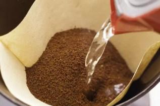 Wasser, Äste, billige Bohnen – was versteckt sich im Kaffee?