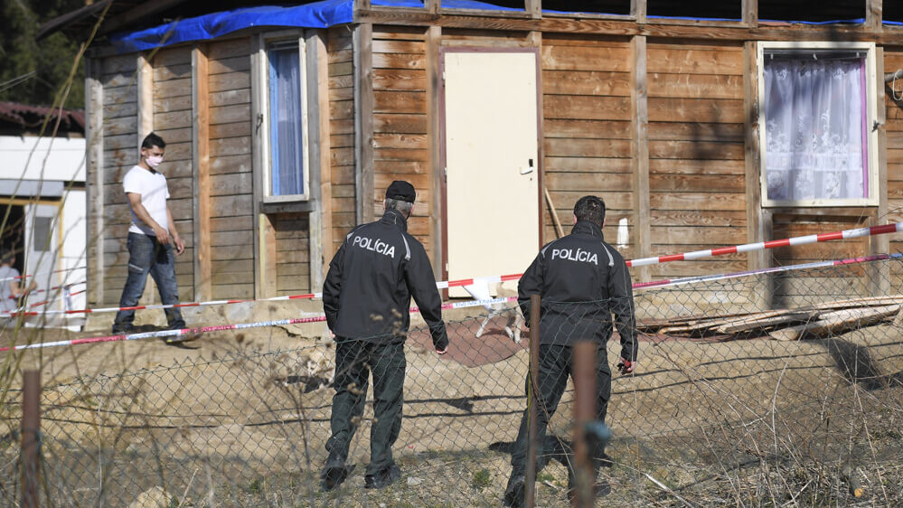 Slovak police in Roma community slum