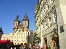 Altstädter Ring mit den ikonischen Türmen der Teynkirche