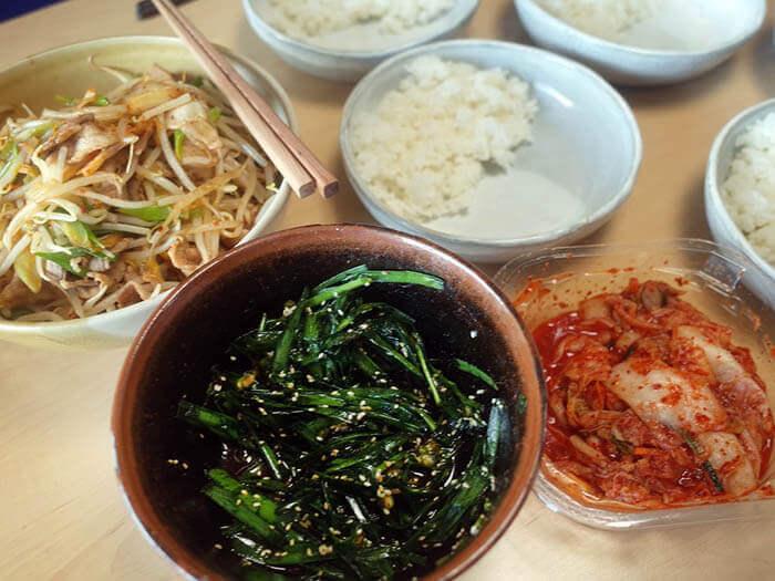白菜キムチ、ニラキムチと豚肉とモヤシ炒め