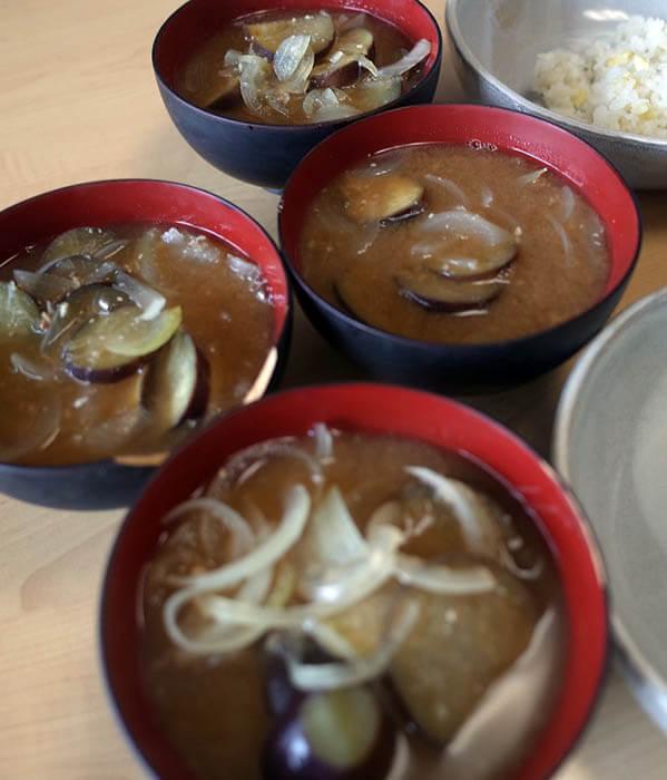 茄子と玉ねぎの味噌汁