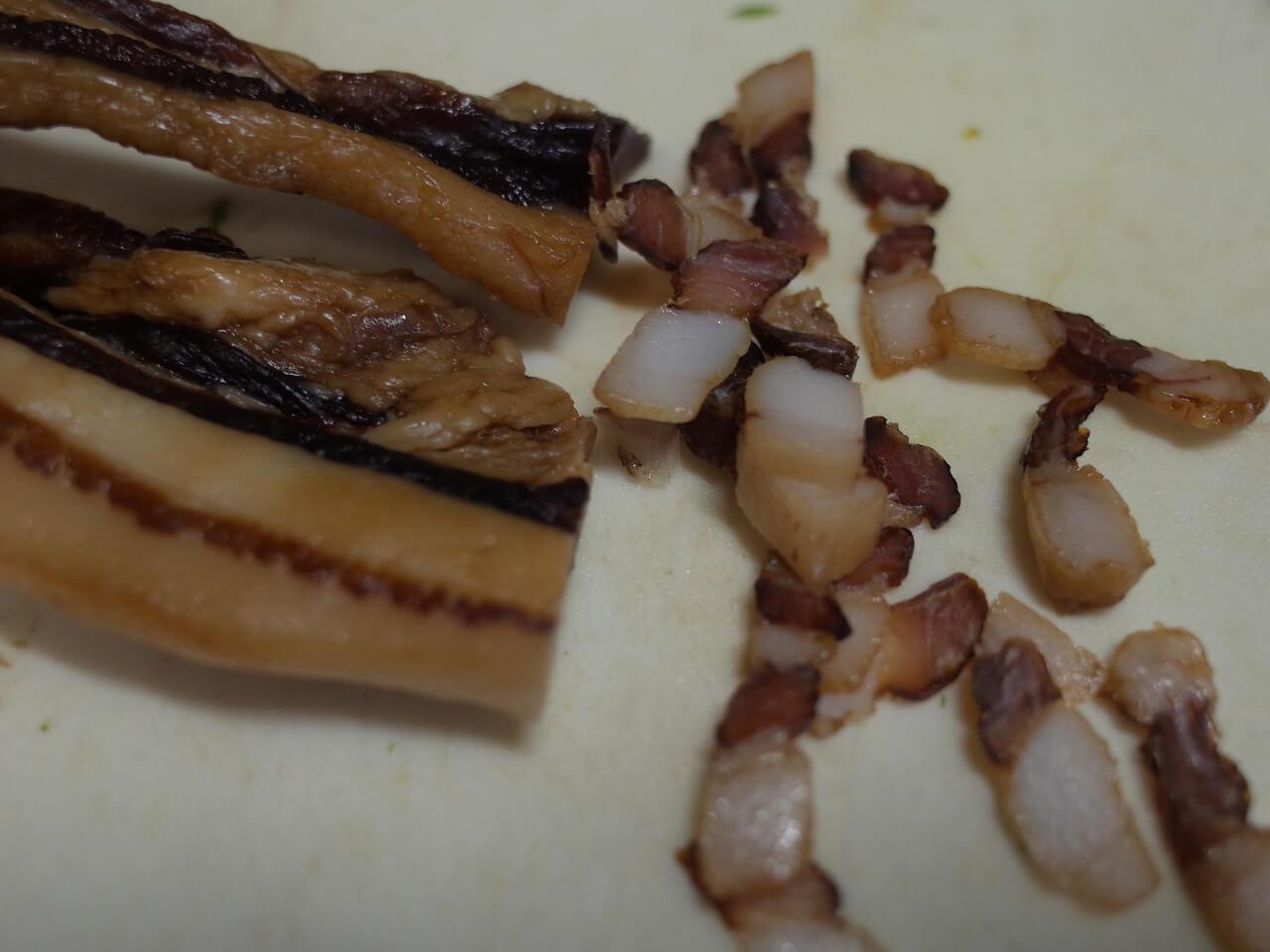 腊肉(豚干し肉)と野菜の炒め物