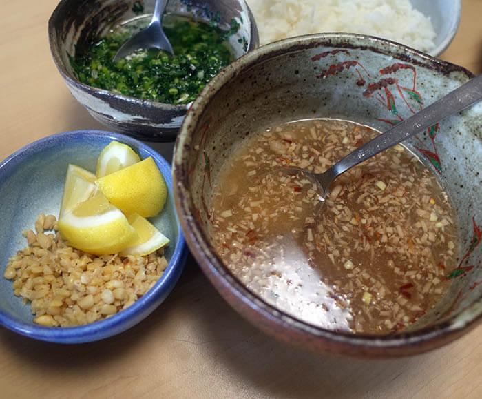 ヌクチャムとネギ油と砕いた松の実とレモン
