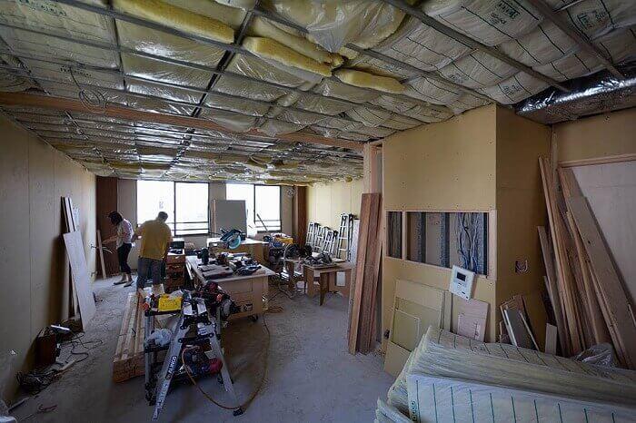 白金台E邸_天井下地LGSと断熱材の施工