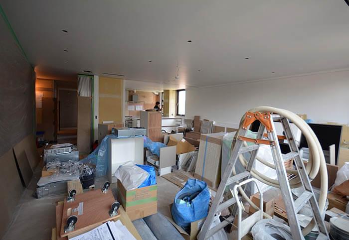 オーダーキッチンの組み立てが始まった白金台E邸の工事現場