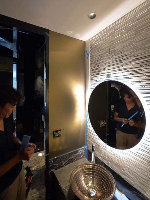 来客用トイレ壁へのカラーガラス張り
