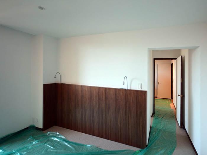 主寝室の照明器具付きヘッドボード設置