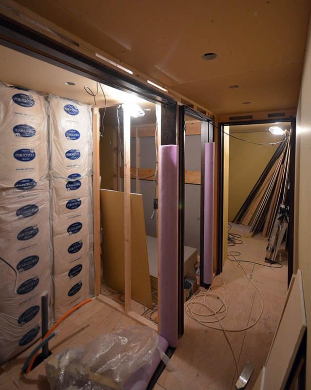 廊下沿いの建具枠取付