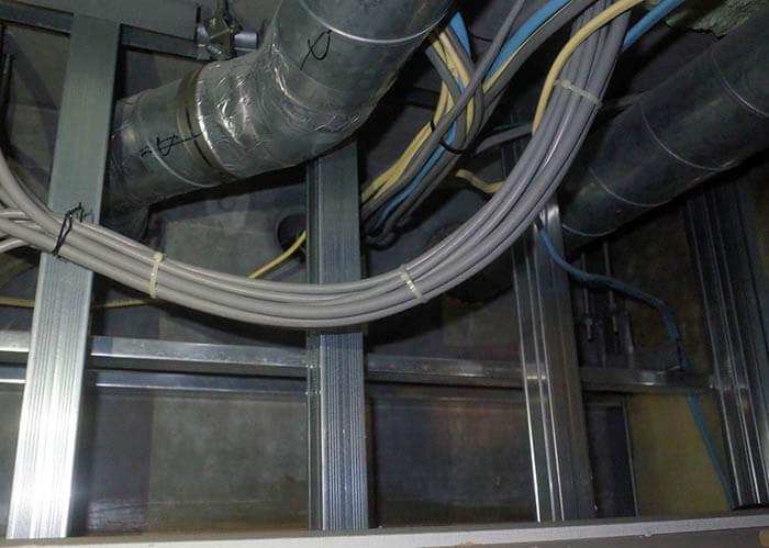 天井裏ダクトと配線状況確認