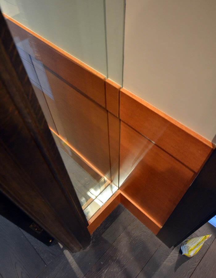 建具枠と腰壁と防音2重ガラスの取り合い