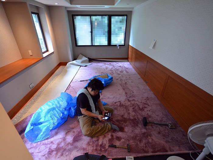 紫色カーペット張りの寝室