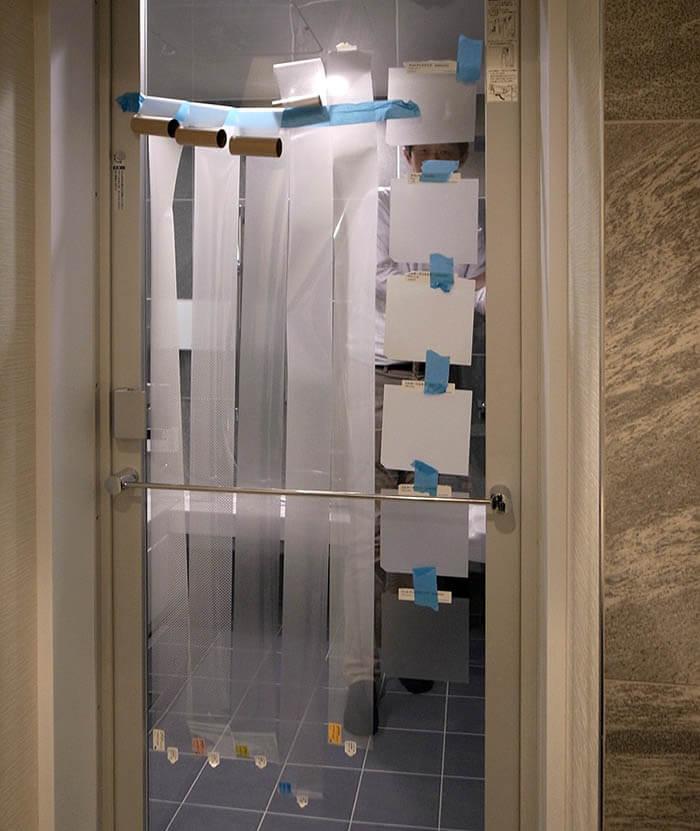 浴室透明ガラスのくもりシート張り
