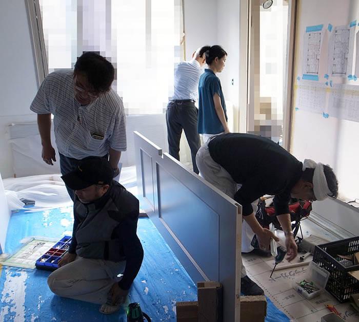 塗装した既存建具吊り込み