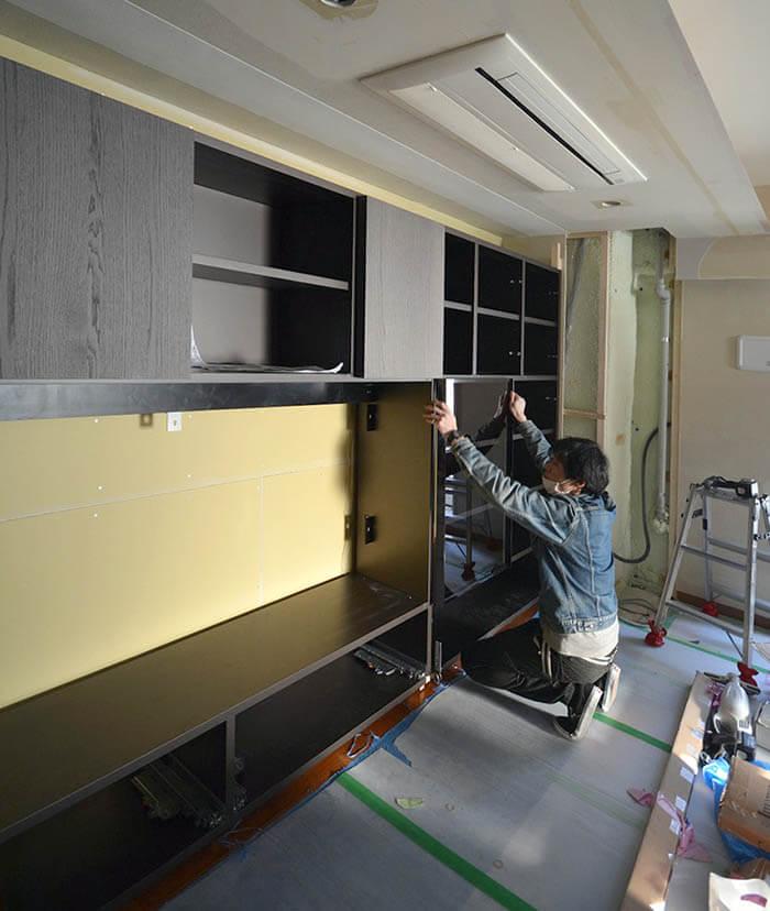モルテーニ壁面収納の組立て_ガラス扉調整
