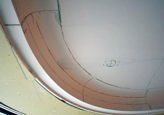 カーブ折り上げ天井ひび割れのエクセルジョイント処理