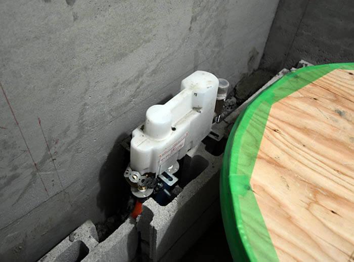 浴槽横のバス水栓のベース