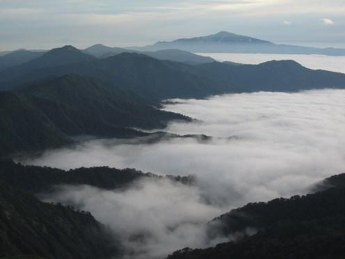 雲海のなかの月山