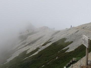 唐松山荘から撮影 唐松岳を目指して歩く人の列