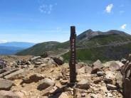 富士見岳(2818m)、遠景は剣ヶ峰